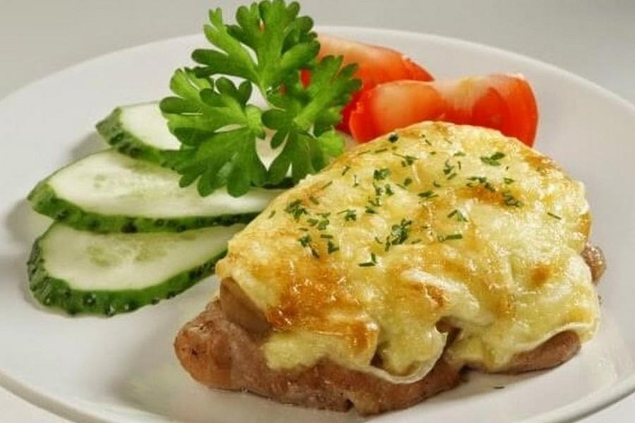 Эскалоп с сыром и помидором