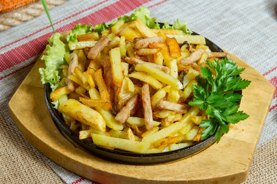 Картофель жаренный со свининой