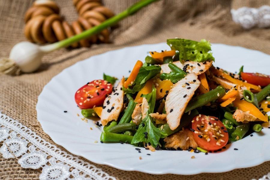 Салат с куриной грудкой и кунжутной заправкой